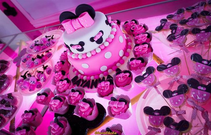 A grand minnie mouse cake with matching cupcakes