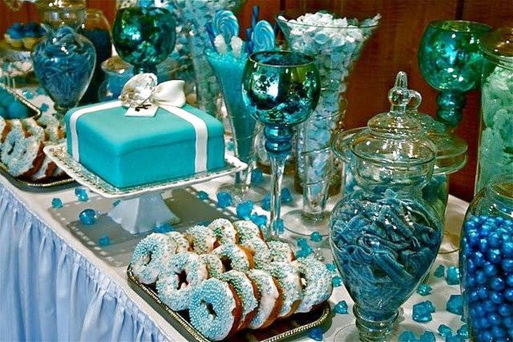 Amazing blue wedding candy table idea with blue cake