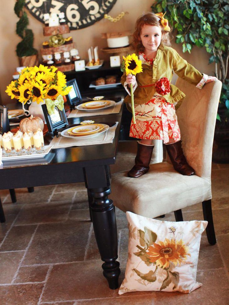 Amazing Thanksgiving table decor with sunflowers in vase