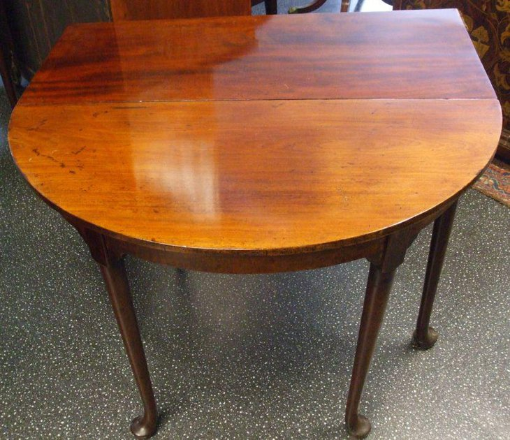 Antique Georgian drop leaf dining table made of mahogany