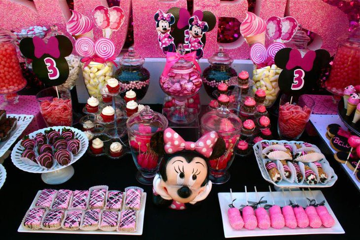 Awesome DIY Minnie Mouse candy buffet table decor