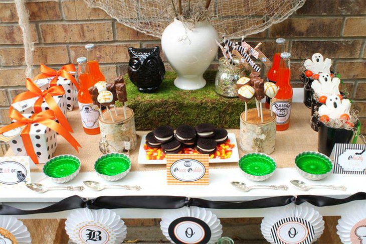 Black owl and spooky ghosts as Halloween table decorations for kids