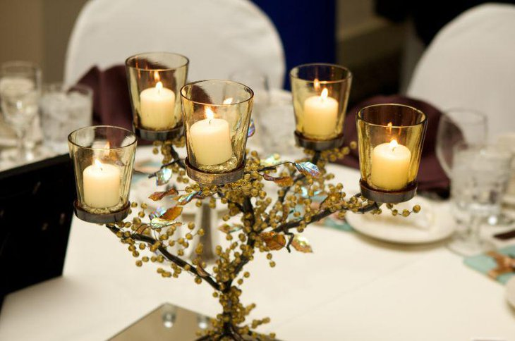 Choose such centerpieces for wedding tables that are simple in design