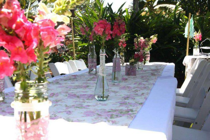 Elegant garden party table decor idea with pink flowers