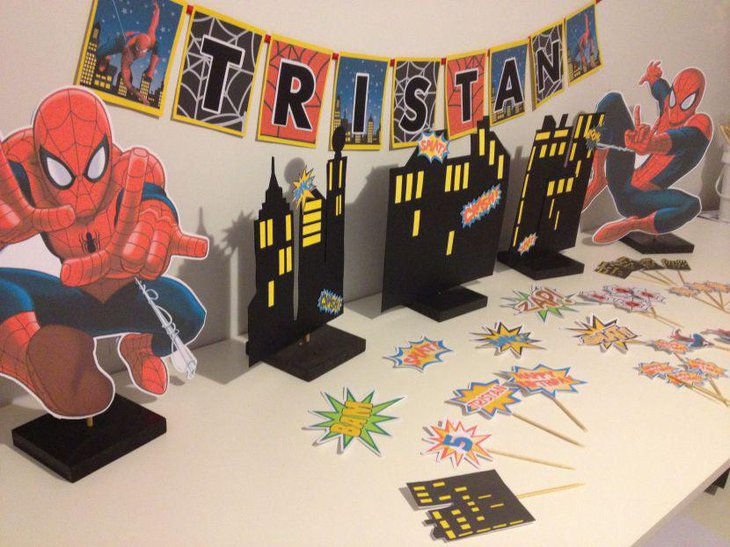 Exciting Spiderman table decoration with Spiderman items