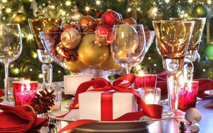 Eye Catching Christmas Gift Box Table Centerpiece With Crystal Glass Bowl
