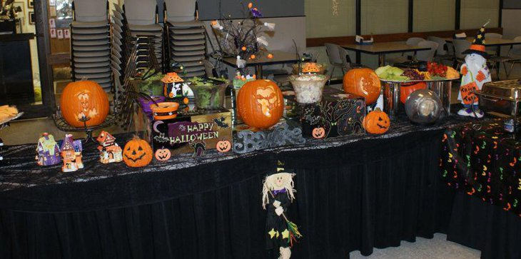 Fantastic pumpkin decorations on Halloween table