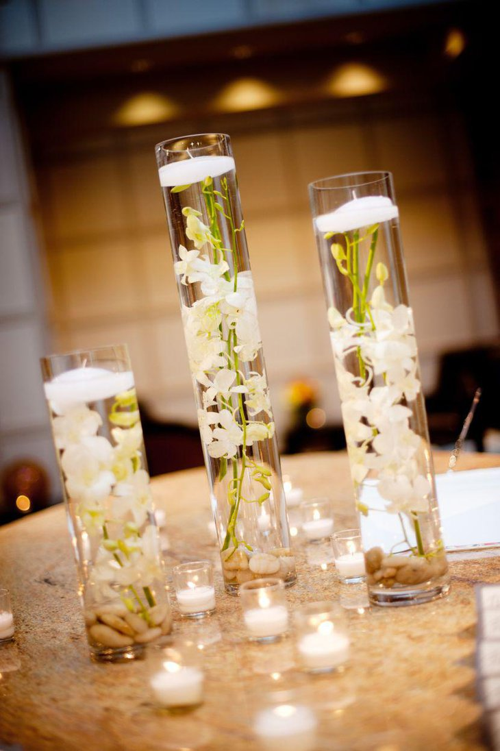 Superieur Floating White Orchids In Hurricane Vases As Wedding Table Centerpiece