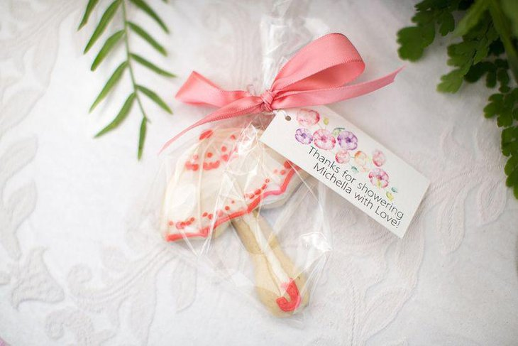 Frosted parasol cookie favors look tempting at this outdoor bridal shower