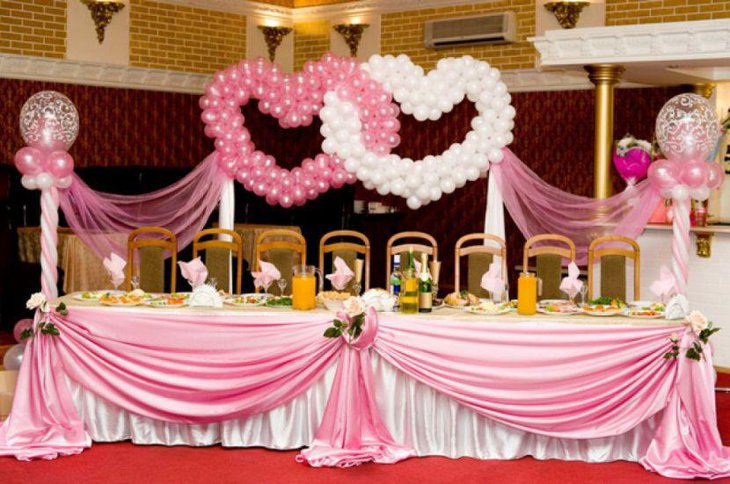 Gorgeous pink and white wedding table deco