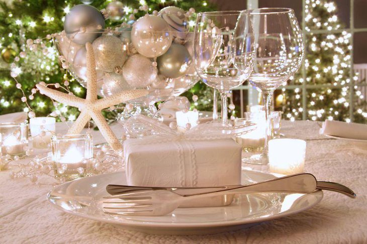 Graceful White Christmas Table Decor