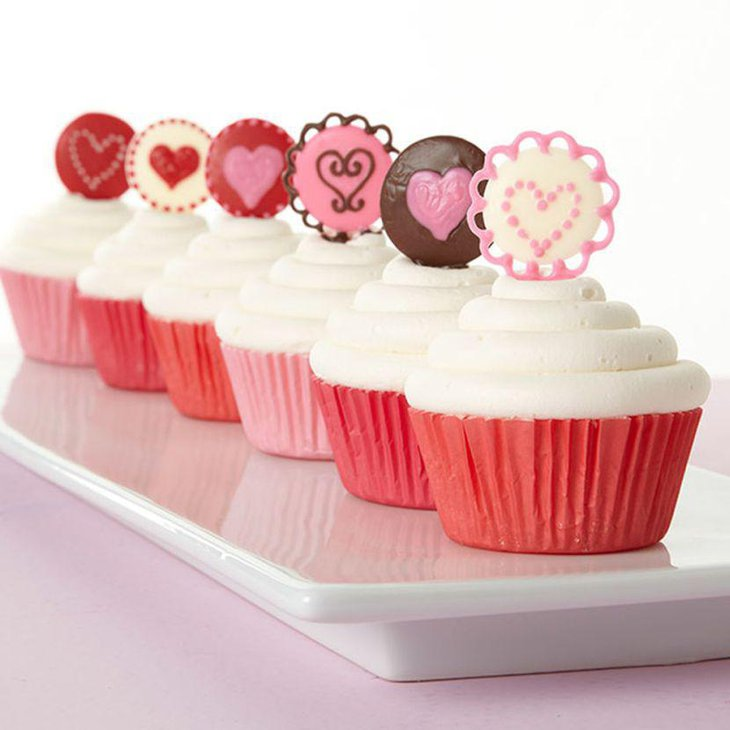 Heart topped cupcake Valentines centerpiece idea