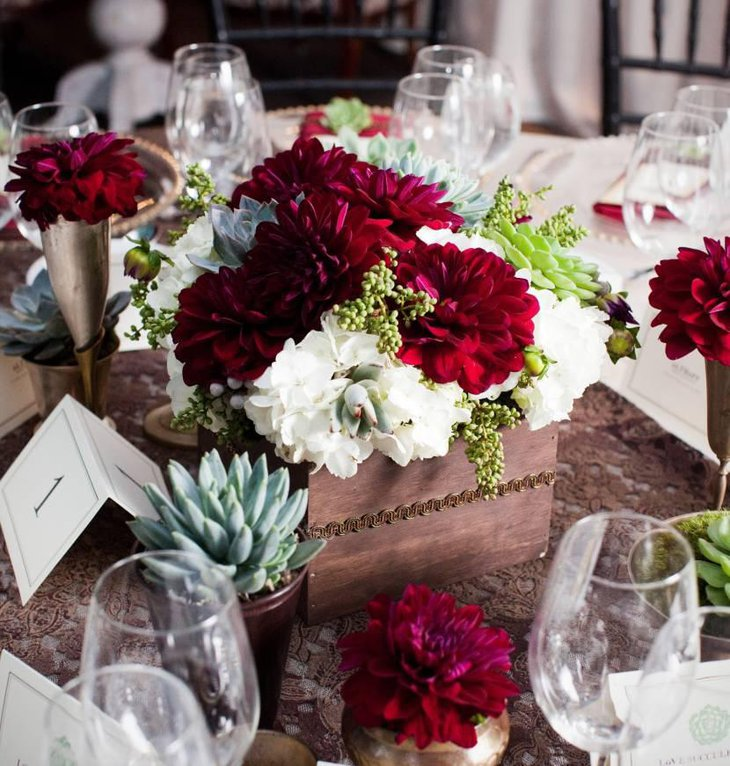 Amazing red and white centerpieces for weddings table