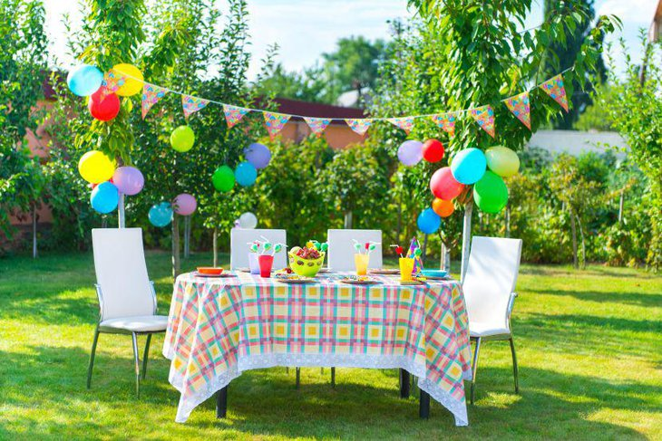 Outdoor summer party simple table decor