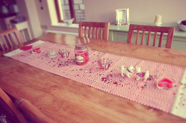 33 beautiful table runner patterns for valentines day for Diy valentine table runner
