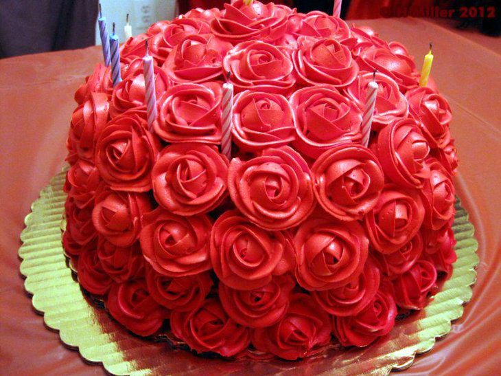 Round luscious red rose cake for birthday party