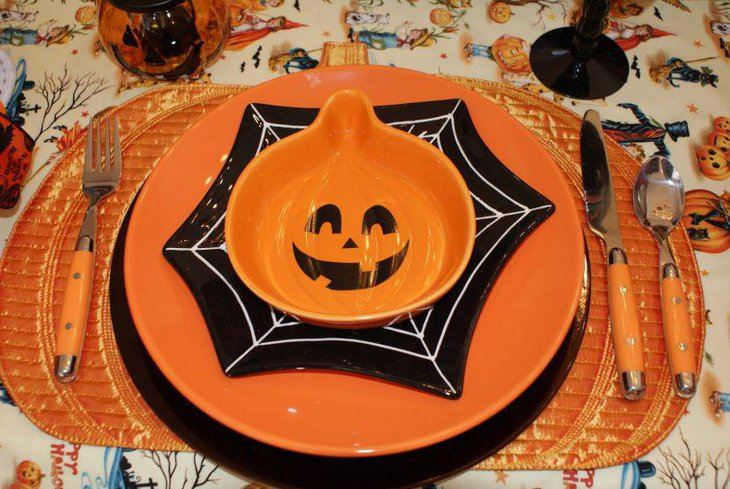 Smily pumpkin plate in orange as kids Halloween table decorations