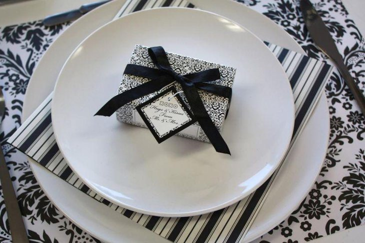 Stylish wedding table setting with black and white gift wrap mats and plates : elegant black and white table settings - pezcame.com