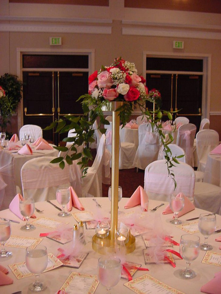 Table centerpieces for wedding must suit the table design and shape