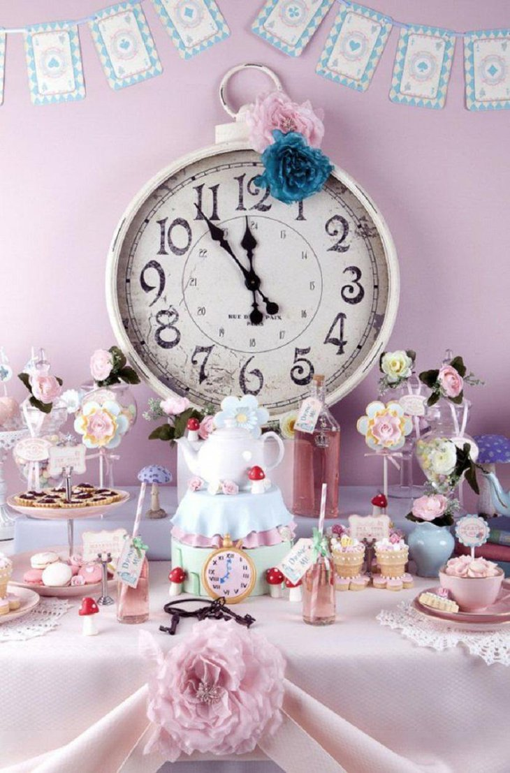 The Clock Table Centerpiece For New Years Eve With Cupcakes