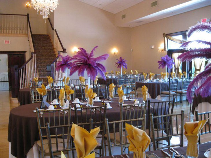 Think different and make use of feathers as wedding table centerpiece