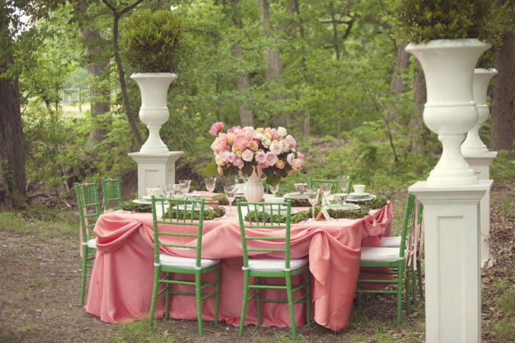 Unique outdoor weddign table decor with pink roses in white ceramic vase